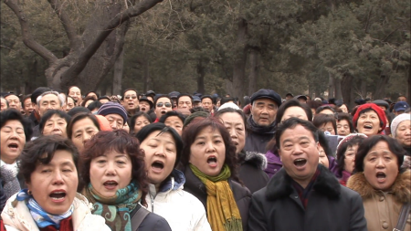 chinese-crowd-singing-traditional-song_brgvtlrcd__F0000